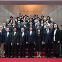 文化部長鄭麗君臉書宣布:「重回民間、離開政府團隊」
