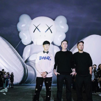 歌手林俊傑成藝術推手 「KAWS:HOLIDAY」中正紀念堂坐著展