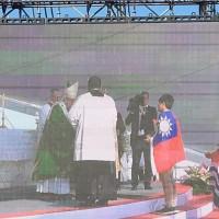教宗訪巴拿馬 台灣青年披國旗代表亞洲奉酒