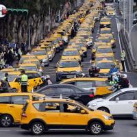 上千輛小黃繞行政院抗議:解決Uber違法搶客 比補助更重要