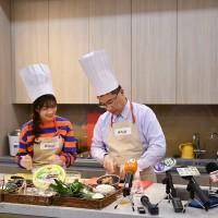 徐國勇與「越南周子瑜」拼廚藝 滷豬腳美味技巧底加啦