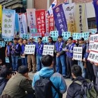 華航罷工全台60工會聲援 交通部外兩派群眾互嗆