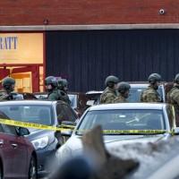 美國伊利諾槍擊案 5死5傷 兇手遭擊斃