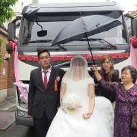 【網拍情緣】貨車司機帶6輛拖車頭迎娶 新娘:「一輩子都不會忘」