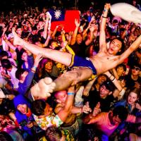 墾丁音樂祭「夏都春宴」4月登場 日爆紅裸體抽桌巾藝人搞笑演出