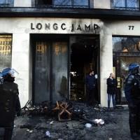 高級皮件店Longchamp店面一片焦黑。(圖/美聯社)