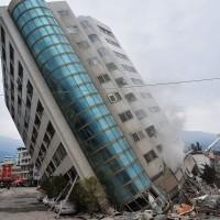 2018年2月6日深夜11點50分花蓮發生規模6地震,花蓮市震度達7級,造成多棟建築傾斜倒塌,釀17人罹難、291人輕重傷的慘劇。圖為倒塌的雲門翠堤大樓。