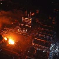 江蘇鹽城化工廠3月21日下午2點左右發生爆炸,元凶江蘇天嘉宜化工廠已夷為平地並出現巨坑,爆炸後直至夜晚火勢仍未撲滅(圖片來源:美聯社)
