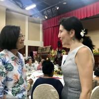 總統與美駐帛琉大使握手交談 學者:美對中國叫陣意味濃厚