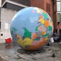 倫敦政經學院地球儀藝術 台灣、中國顏色區分惹議