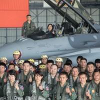 蔡英文視導空軍 登上F-16V戰機