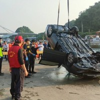 Distraught man drives car into ocean in Yilan, Taiwan