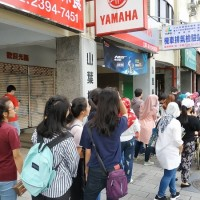Voters line up to cast ballots in early Indonesia general election in Taiwan