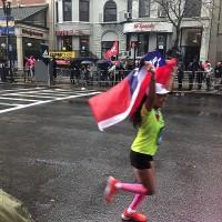 波士頓馬拉松 台灣選手身披國旗衝終點線