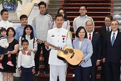 會見海軍儀隊蘇祈麟 蔡英文讚穿軍服「讓世界看見臺灣」