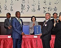 史瓦帝尼國王17度訪臺 兩國簽署經濟合作協定