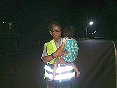 Taiwanese police help three-year-old stray girl look for her family at midnight