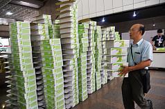 國民黨27日將「反核食、反空污、反深澳電廠」3項公投案共145萬6966份連署書以卡車載運至中選會遞交,中選會準備大批紙箱要裝運清點好的連署書。 中央社記者孫仲達攝  107年8月27日
