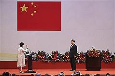 香港當局訂定國歌條例草案,將按照香港實際情況刪除 一些字眼,比如「社會主義」、「愛國主義」。圖為 2017年7月香港特別行政區第五任行政長官林鄭月娥( 左)宣誓就職。(中通社提供) 中央社  108年1月8日