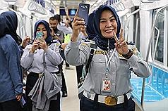 印尼雅加達第一條捷運將在3月底通車,民眾26日試乘 列車,興奮自拍。 中央社記者石秀娟攝  108年2月27日